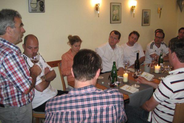 Gruppe bei der Weinprobe